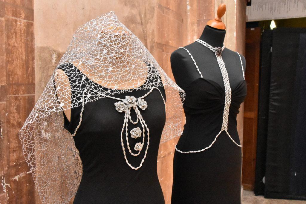 Giuliana Amantini: abiti con applicazioni in macramé